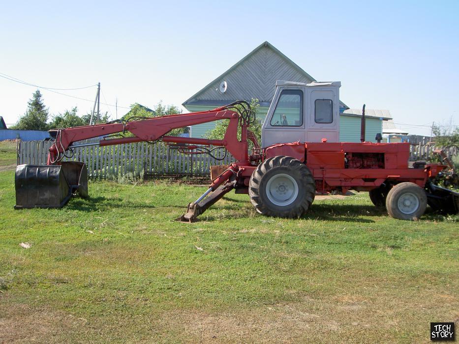 Погрузка сена трактором Юмз 6 КЛ (грейфером) в прицеп.