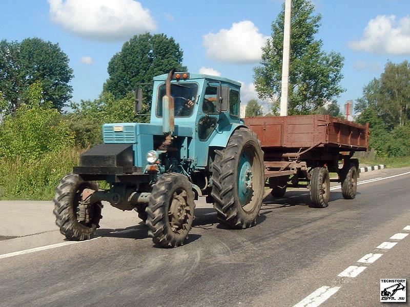 Трактор Т-40АМ с двухосным тракторным прицепом ПТС.  Фотография сделана в Московской обл. автором сайта.