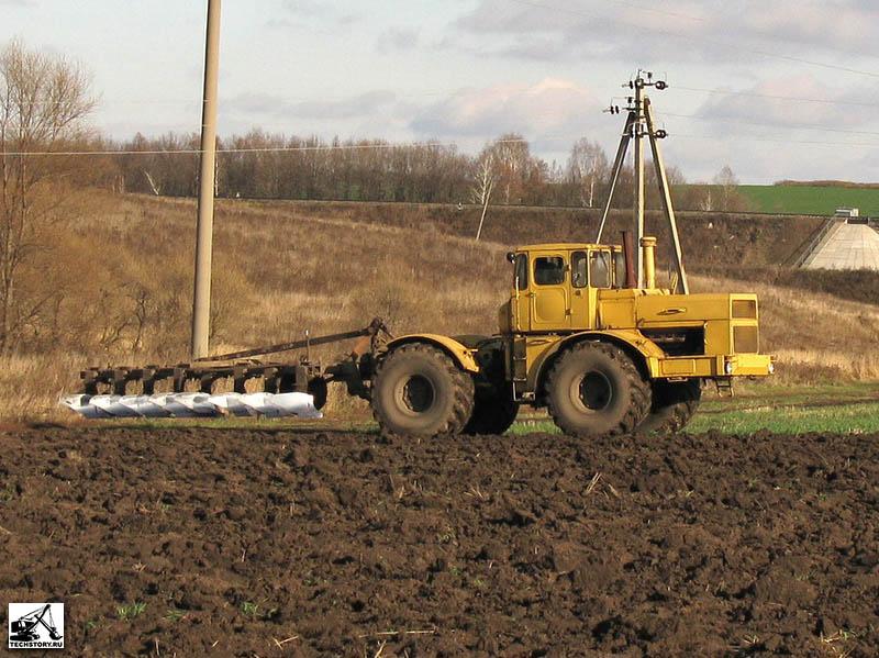 Трактор с плугом фото