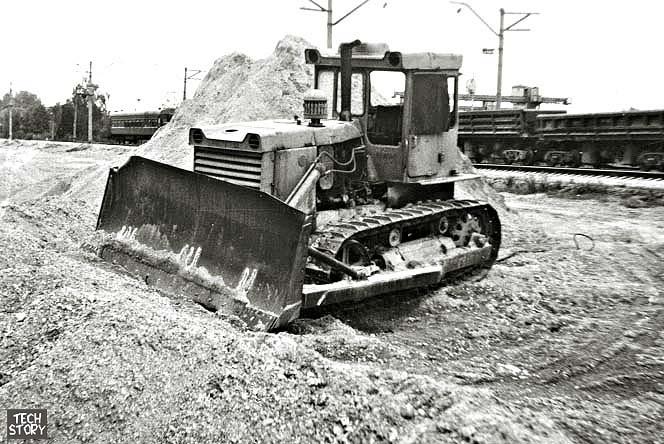 Фотография сделана в городе Купавне Московской области летом 1992 года.  Бульдозер на базе трактора Т-130.1.Г-1.